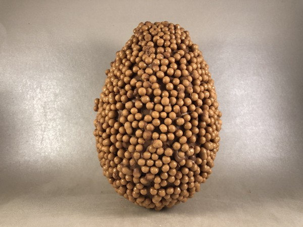 Paasei  15 cm bedekt in caramelzeezoutbolletjes